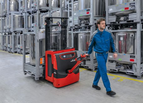 "In order to protect the driver against injuries, there should a sufficient distance between the user and the vehicle at all times. In case of the pallet stackers Linde L14 to L20, this is ensured by the ""Safety Speed"" function which reduces the driving speed at small tilt angles of the tiller. Photo by Linde Material Handling GmbH"