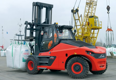 With the Linde heavy diesel forklifts HT100Ds to HT180Ds, Linde Material Handling is launching on the market a second series having a load capacity range of 10 to 18 tonnes. The trucks with torque converter set new standards in terms of comfort, safety, operational efficiency and ease of maintenance.Photo by Linde Material Handling GmbH