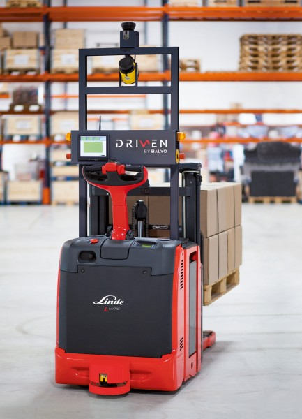 The robot-controlled Linde L-MATIC L HP stacker and Linde P-MATIC tractor are recommended in particular for operators whose load handling processes provide only low added value, are repetitive, involve longer distances and run at least in two shifts. Photo by Linde Material Handling GmbH