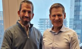 The two managing directors Andreas Zwißler, ACD Elektronik, and Harry Lerner, Janam Technologies, at the signing of the contract.